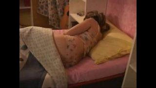 padre fuerza a su hija mientras duerme